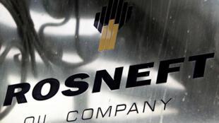 Le logo du géant russe des hydrocarbures Rosneft au siège à Moscou.