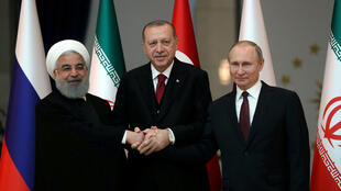 Os presidentes iraniano, Hassan Rohani, turco, Erdogan e russo, Putin, a 4 de abril de 2018.