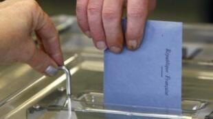 Một cử tri ở Strasbourg đang bỏ phiếu tại cuộc bầu cử cấp vùng Pháp vòng một.