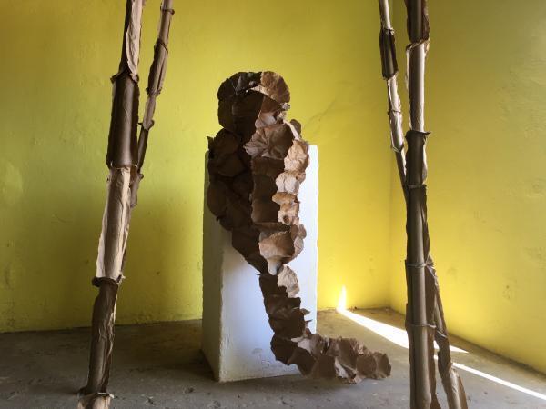 Détail d'une installation à Segou Art, février 2020, sur le « virus du pouvoir ».