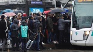 Una de las tantas filas para tomar un medio de transporte en París durante la huelga.