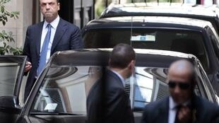 Angelino Alfano, secretário geral do Povo da Liberdade, sai da residência de Silvio Berlusconi em Roma nesta terça-feira, 1° de outubro de 2013.