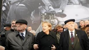 La chancelière allemande Angela  Merkel, l'ex-président polonais Lech Walesa (D) et l'ancien président soviétique Mikhaïl Gorbatchev (G) pour le 20e anniversaire de la chute du Mur de Berlin, le 9 novembre 2009.