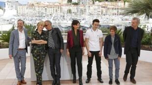 Đạo diễn Bruno Dumont (P) và các thành viên trong đoàn làm phim, tại Liên hoan phim Cannes lần thứ 69 năm 2016, Pháp, 13/05/2016.