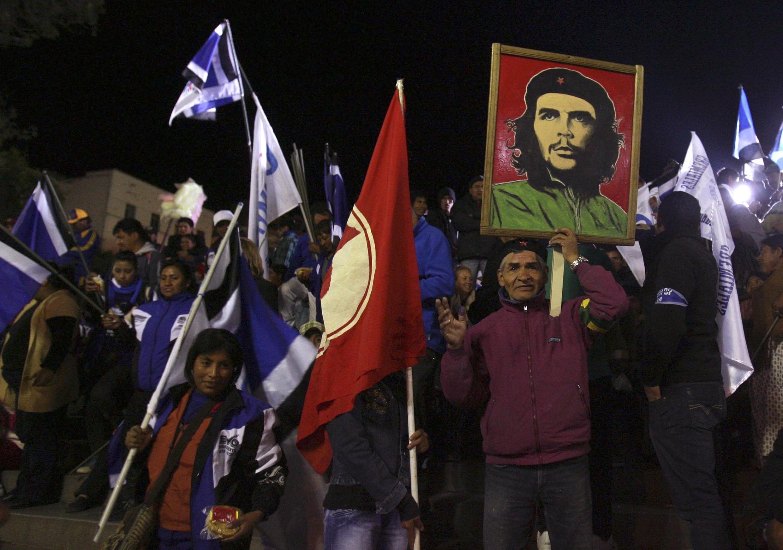 Les supporters d'Evo Morales célèbrant sa victoire à la Paz le 12 octobre 2014.