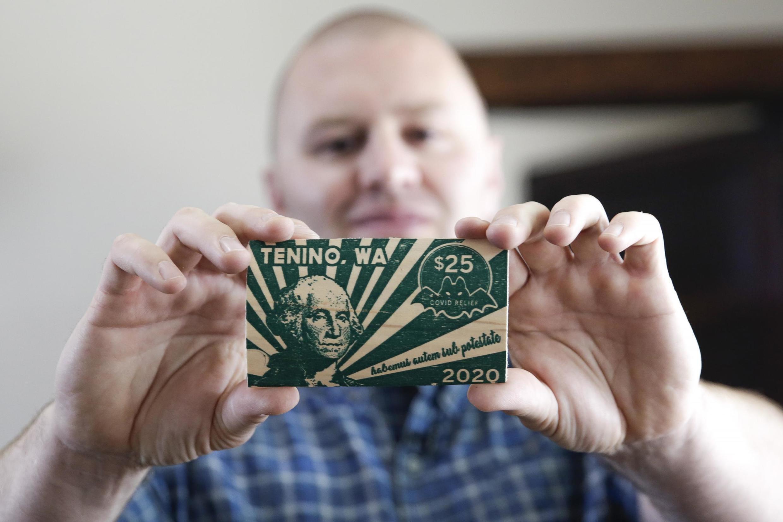 Wayne Fournier, le maire de Tenino dans l'État de Washington, et un billet de 25 «Covid-dollars.»