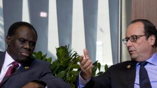Michel Kafando (g) et François Hollande (d).