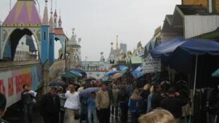 Pessoas fazem compras em Moscou.