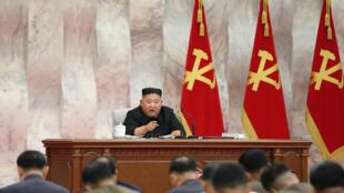 El líder norcoreano Kim Jong Un asiste a la Comisión Militar Central del Partido de los Trabajadores en un lugar no revelado en Corea del Norte, el 24 de mayo de 2020