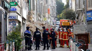 Des policiers et pompiers près des décombres des immeubles effondrés rue d'Aubagne, à Marseille, le 5 novembre 2018.