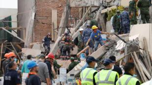 Los socorristas han detectado a cinco niños con vida bajo los escombros del colegio Enrique Rebsamen, ciudad de México 20 de septiembre de 2017.
