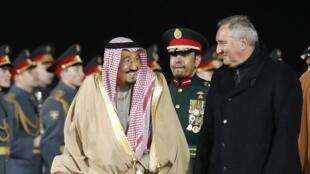 Le roi Salmane accueilli par le Premier ministre russe Dmitry Rogozin, lors de son arrivée à Moscou, le 4 octobre 2017.