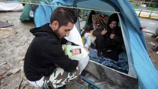 Campo de refugiados sírios em plena capital francesa.