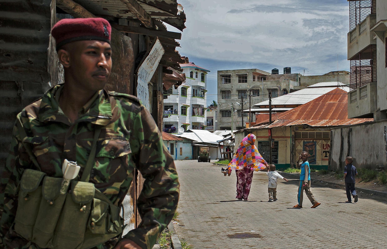 Un policier sécurise la ville de Mombasa, le 17 novembre 2014.