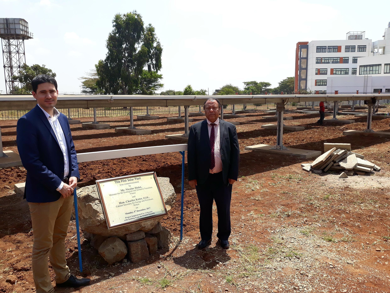 A gauche, Sébastien Poncelet, business developer chez Urba Solar et à droite, Frederick Gravenir, vice-chancelier adjoint de l'université.