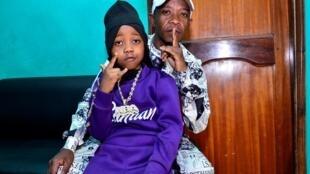 Le rappeur Fresh Kid (à gauche), de son vrai nom Patrick Ssenyonjo, avec son père Paul Mutabaazi dans un studio de la banlieue de Kampala, en Ouganda, le 23 janvier 2020.