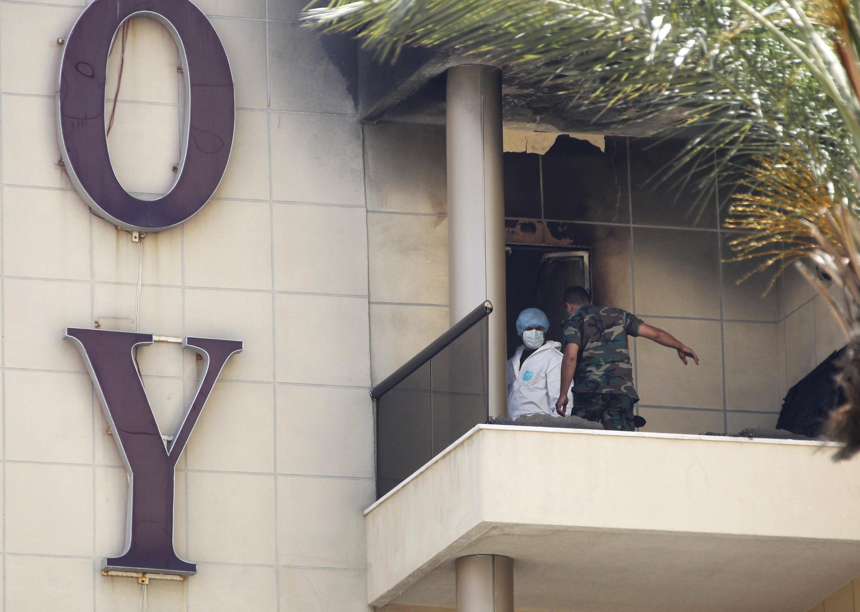 Contrôle des chambres après l'attentat suicide à l'intérieur de l'hôtel.