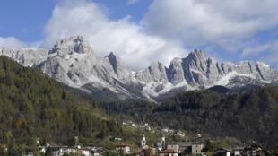 Une photo dans le nord-est de l'Italie, montre des montagnes faisant partie du parc national des Dolomiti Bellunesi (parc national des Dolomites). En août 2009, les Dolomites ont été déclarés site du patrimoine mondial de l'UNESCO.