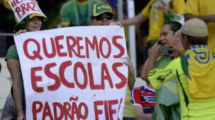 Brasileiros protestam contra os gastos astronômicos do Brasil com eventos esportivos como Copa das Confederações e Copa do Mundo.