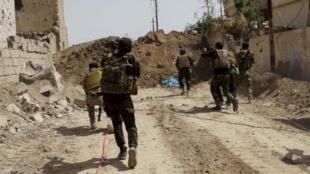 Les forces de sécurité irakiennes à la recherche de jihadistes du groupes Etat islamique à Ramadi le 9 avril 2015.