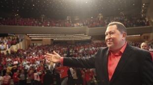Le président vénézuélien Hugo Chavez devant ses partisans avant son voyage à Cuba à Caracas, le 23 février  2012.