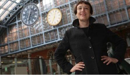 Cordelia Parker devant ses deux horloges à la gare de St Pancras.