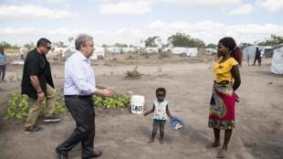 António Guterres, Secretário-Geral da ONU, no Centro de Reassentamento de Mandruzi, distrito de Dondo. 12 de Julho de 2019.