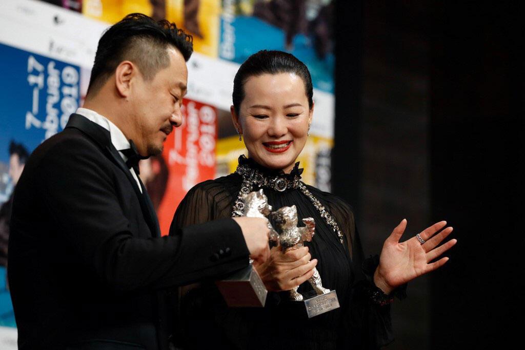 L'acteur chinois Wang Jingchun et l'actrice chinoise Yong Mei posent avec leurs ours en argent dans la catégorie «meilleur acteur» pour le film «So long my son».