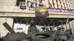 Những nhóm thân Nga dựng chiến luỹ sau khi chiếm trụ sở chính quyền tại Donetsk ngày 7/4/2014.