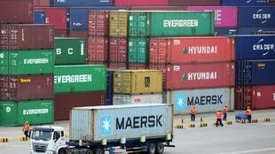 Les exportations et les importations de la Chine ont subi une forte baisse à cause de la pandémie de Covid-19. Vue du port de Qingdao, dans l'est de la Chine.