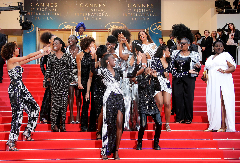 16 actrices francesas negras y mestizas desfilaron el miércoles en la alfombra roja de Cannes para denunciar el racismo y su subrepresentación en el cine francés.
