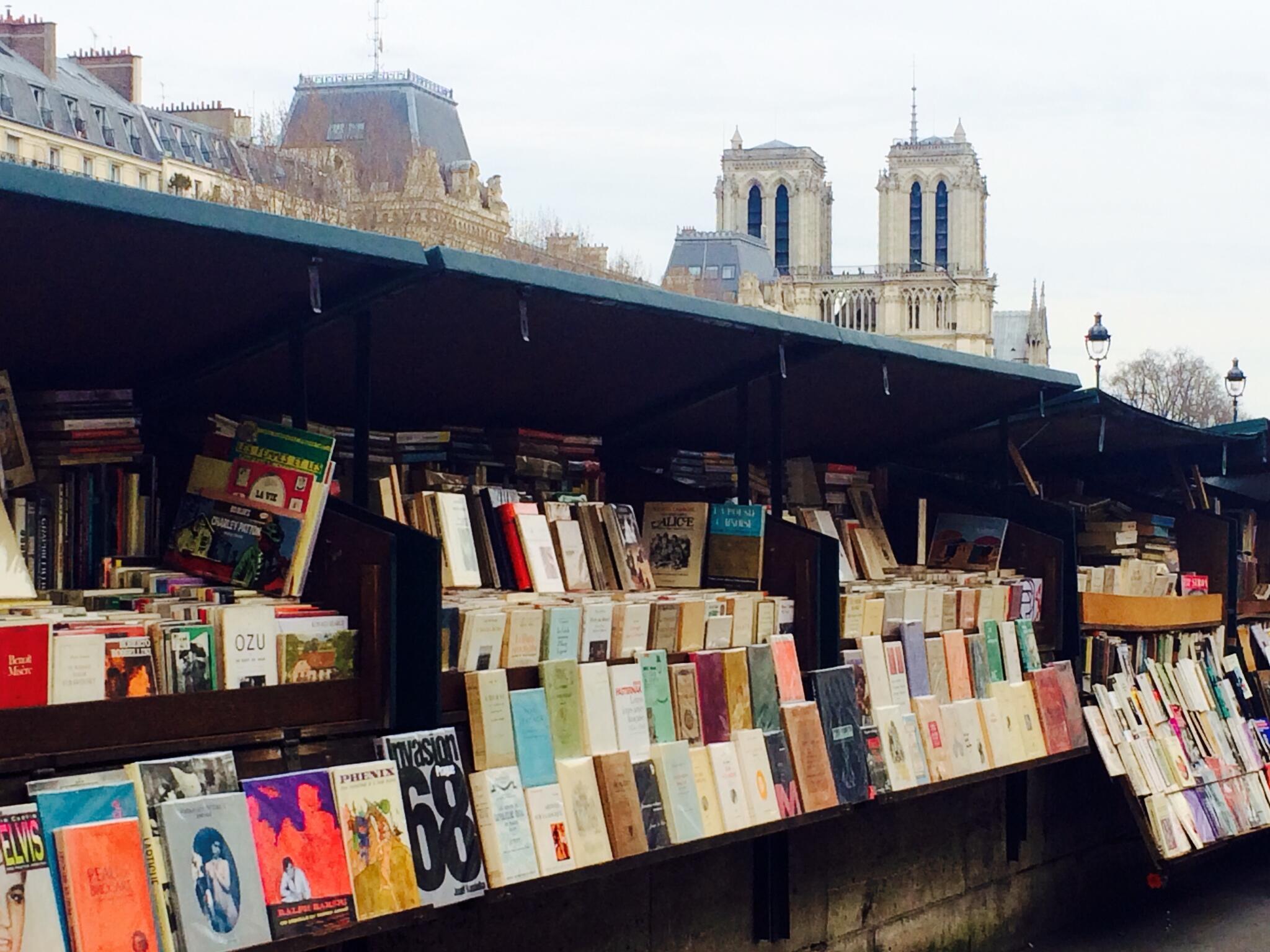 Một hiệu sách cũ dọc bờ sông Seine, Paris.