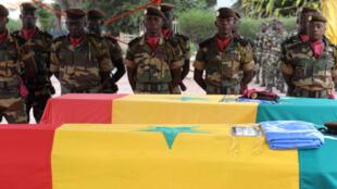 Des soldats sénégalais rendent hommage, à Dakar, à deux de leurs compatriotes, tués dans un attentat à Kidal le 14 décembre dernier. «Mortalla», arrêté par les militaires français, est soupçonné d'être impliqué dans cet attentat.