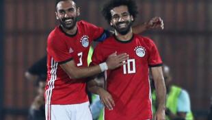 Les Egyptiens Ahmed Elmohamady et Mohamed Salah célèbrent leur victoire face au Swaziland (4-1 le 12 octobre 2018) en qualifications pour la CAN 2019.