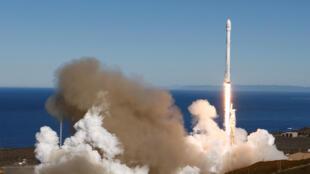 El cohete Falcon 9 al ser lanzado desde Cabo Cañaveral