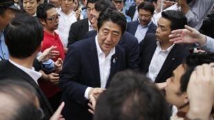 Shinzo Abe, le 4 juillet 2013, lors de la campagne pour les sénatoriales qu'il vient de remporter.
