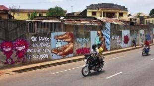 Les «gestes barrières» version street art à Conakry, le 4 mai 2020.