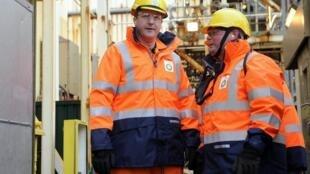 Le Premier ministre britannique David Cameron (g.) en visite sur une plateforme pétrolière en mer du Nord, le 24 février 2014.