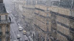 Snow falls on Paris on Tuesday