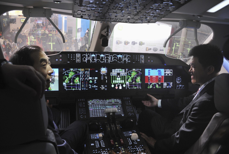 Visitantes descobrem as inovações tecnológicas dentro de uma cabine de piloto na 8ª edição da Exposição Internacional Aeroespacial e de Aviação da China.
