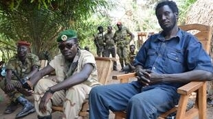 Le chef d'état-major de la Seleka, le général Issa Issaka (d) et le chef des opérations le général Arda Hakouma au nord de Damara, le 18 janvier 2013.
