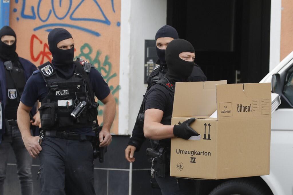 Maafisa wa polisi wa Ujerumani wakifanya msako katika Msikiti wa Al-Irschad huko Berlin, Aprili 30.