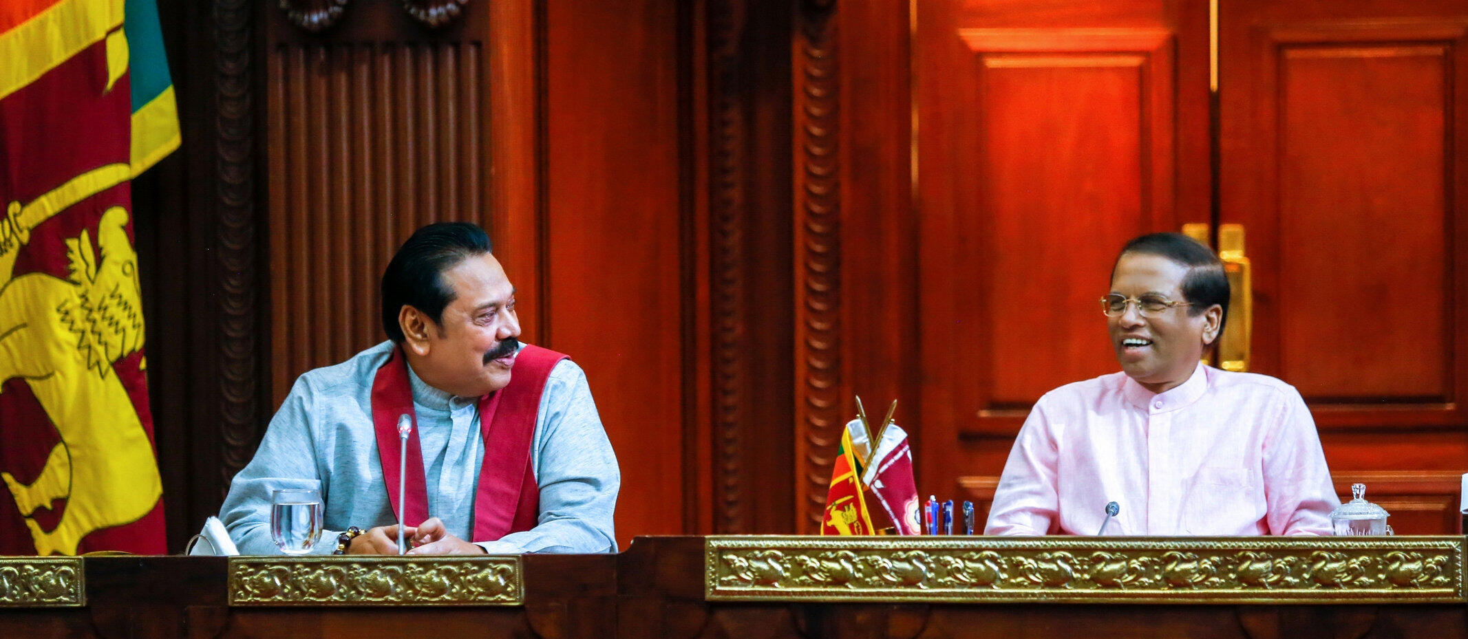 L'ancien président Mahinda Rajapakse devenu Premier ministre (g), aux côtés du président sri-lankais Maithripala Sirisena, à Colombo, le 27 octobre 2018.