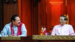 Cựu tổng thống Mahinda Rajapakse (T) trở thành thủ tướng và tổng thống Sri Lanka Maithripala Sirisena, tại Colombo, thứ Bảy 27/10/2018.