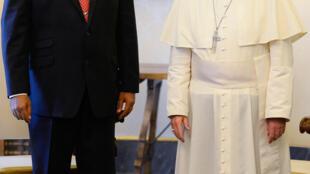 Le président vénézuélien Nicolas Maduro, en 2013  avec le pape François au Vatican, reste sourd à l'appel de l'Eglise catholique..