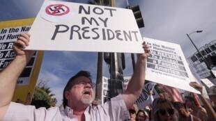 Des Californiens manifestent à Los Angeles, le 12 novembre, quatre jours après la victoire de Donald Trump.