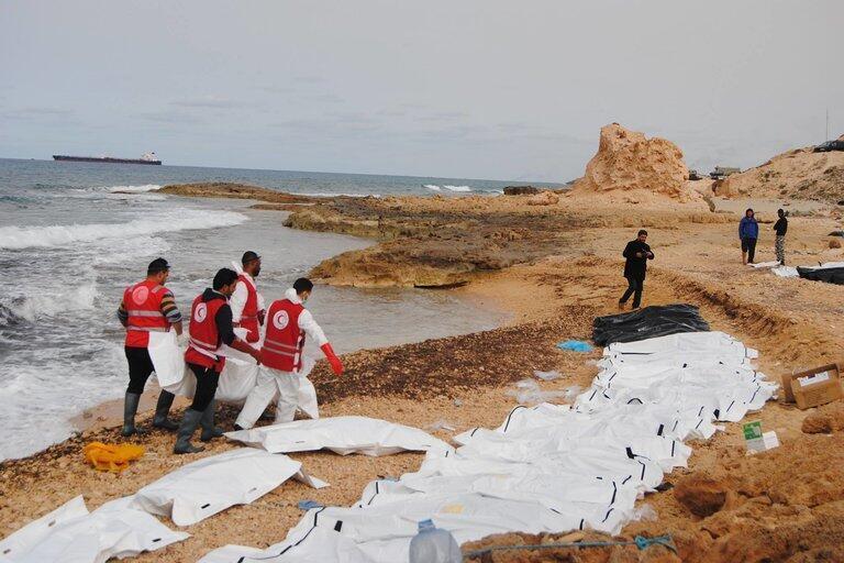 Jami'an kungiyar agaji ta Red Crescent a Libya da ke kwashe gawarwakin da aka gano a gabar teku.