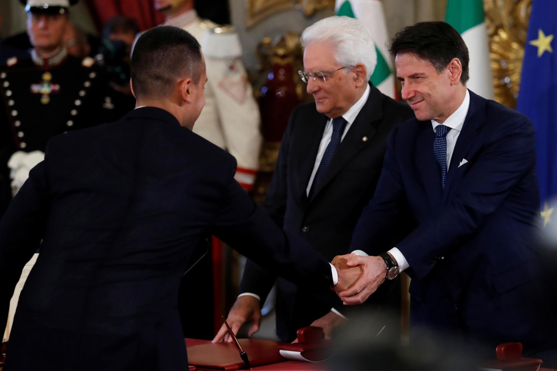 Thủ tướng Ý Giuseppe Conte (P) bắt tay lãnh đạo Phong trào 5 Sao Luigi di Maio, tại Điện Quirinale, bên cạnh tổng thống Sergio Mattarella, Roma, ngày 05/09/2019.