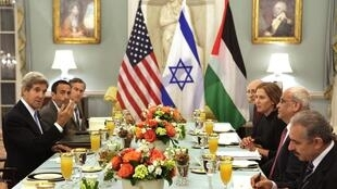 O secretário de Estado dos Estados Unidos, John Kerry, durante jantar com os negociadores israelense, Tzipi Livni, e palestino, Saeb Erekat.