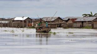 Dans l'Etat d'Assam, au nord-est de l'Inde, le 18 août 2017, un village en partie submergé.